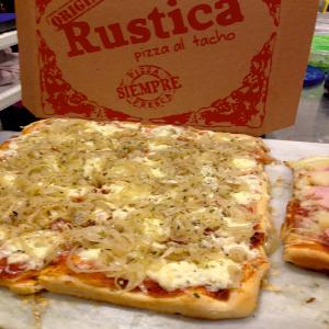 Porcion de pizza fugazza con muzzarella