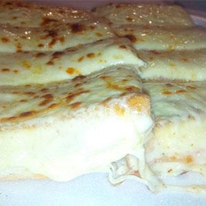 Sándwich tostado con muzzarella gratinado