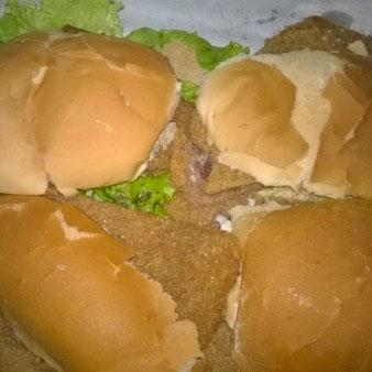 Milanesa en dos panes con guarnicion