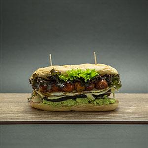 Chivito Kriptonita con pan libre de gluten con fritas