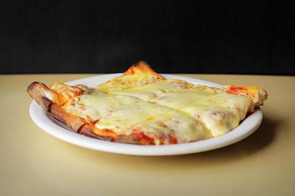 Porcion de pizza con muzzarella