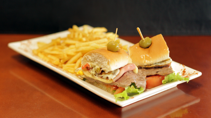 Promo para 1 Nº 1- Chivito canadiense al pan con papas fritas + refresco 500 ml