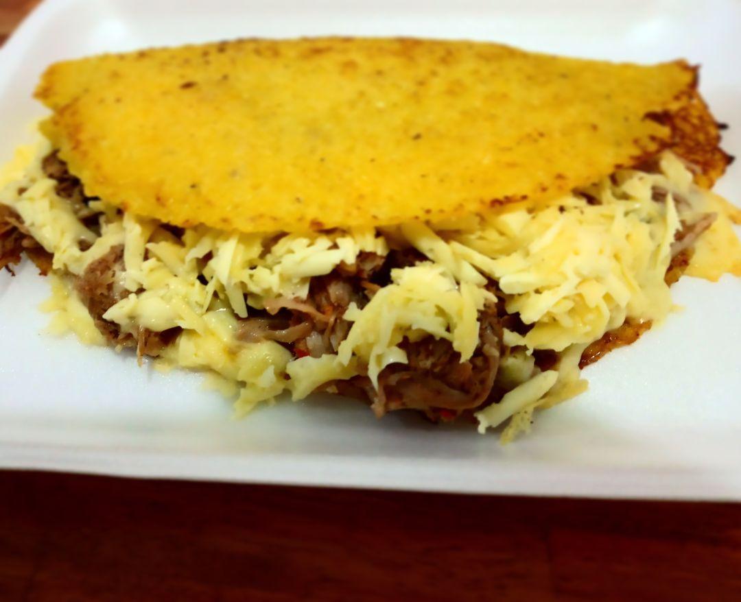 Cachapa con queso y carne (sin TACC)
