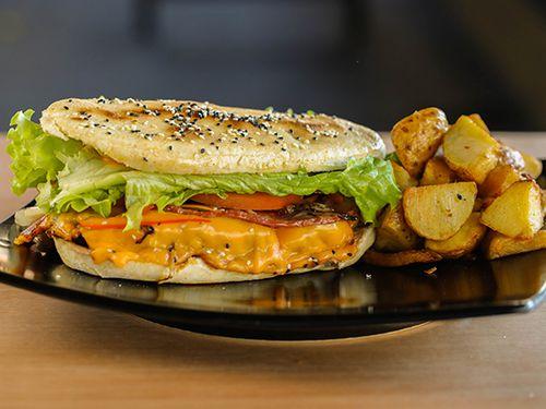 Chiburger cheddar con guarnicion