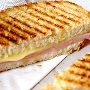 Sandwiche caliente con muzzarella